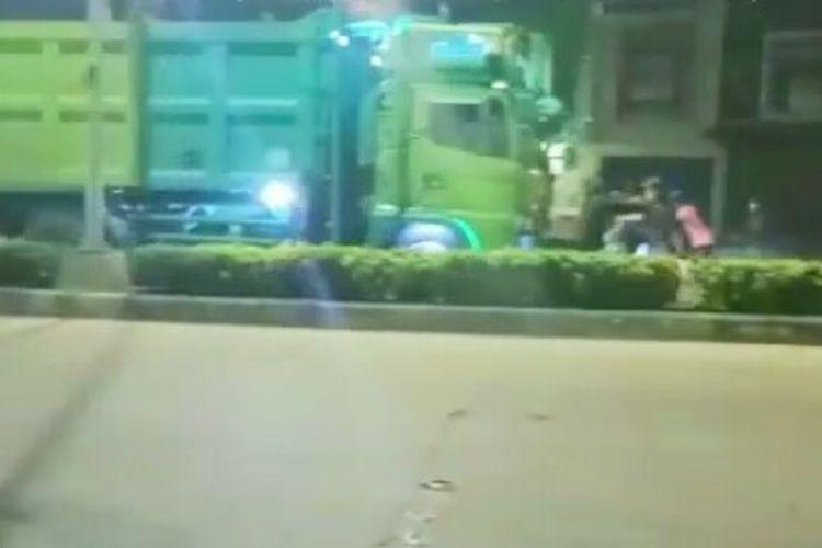 Seorang anak, MH (14) tewas karena terlindas truk di Jalan Raya Siliwangi, Pamulang, Tangerang Selatan, Kamis (25/3/2021) dini hari. MH terlindas karena berusaha memberhentikan truk dengan maksud untuk menumpang.