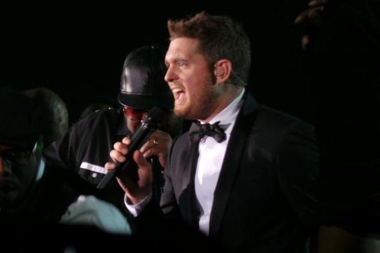 Vokalis, pencipta lagu, dan aktor dari Kanada, Michael Buble (39), menghibur para penggemarnya saat tampil dalam konser Michael Buble Live in Jakarta, di Indonesia Convention Exhibition (ICE) Arena, BSD City, Tangerang, Kamis (29/1/2015) malam.