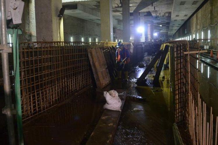 Pengerjaan tunnel yang berada di Stasiun Istora MRT Jakarta, Kamis (8/9/2016), sudah mencapai 900 meter dengan total panjang 1.330,5 meter.