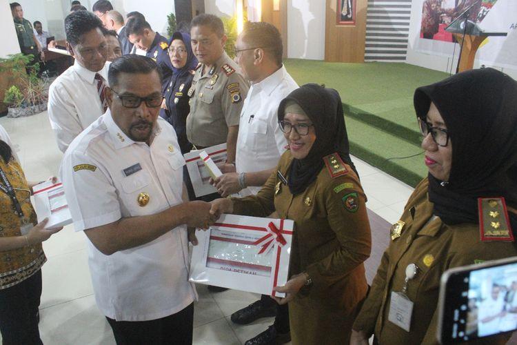 Gubernur Maluku, Murad Ismail menyerahkan Daftar Isian Pelaksanaan Anggaran (DIPA) kepada para kepala daerah di Maluku dan Satker  di Gedung Keuangan Negara, Ambon, Senin (2/12/2019) petang