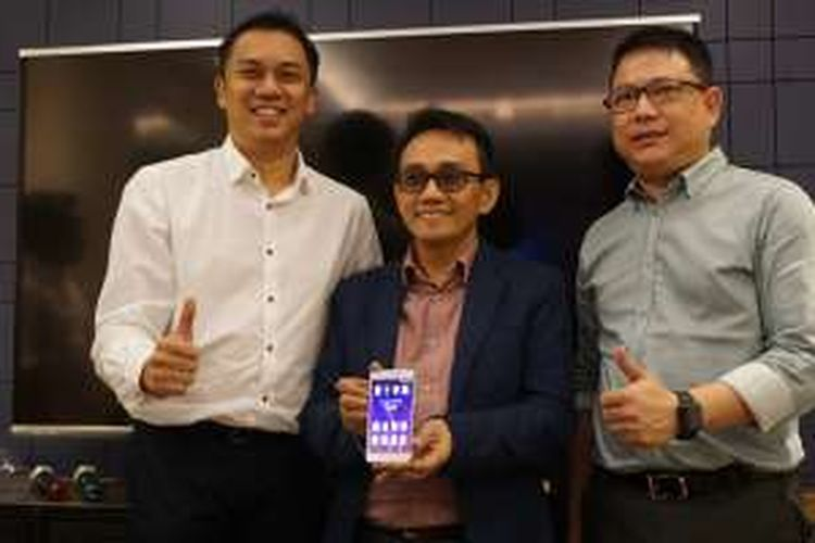 Andy Gusena, Direktur Brand Advan (kiri), Hasnul Suhaimi, kepala proyek Advan G1 (tengah), dan Tjandra Lianto, Direktur Pemasaran Advan (kanan) menunjukkan G1 yang akan diluncurkan bulan Oktober mendatang.
