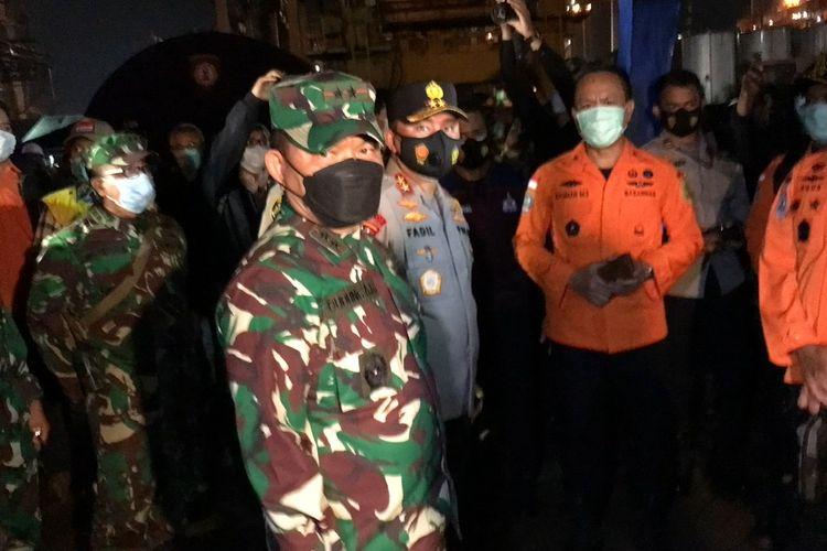 Kapolda Metro Jaya, Irjen Fadil Imran meninjau posko utama pencarian pesawat Sriwijaya Air di Jakarta International Container Terminal (JICT) 2 Pelabuhan Tanjung Priok, Jakarta pada Sabtu (9/1/2021) malam