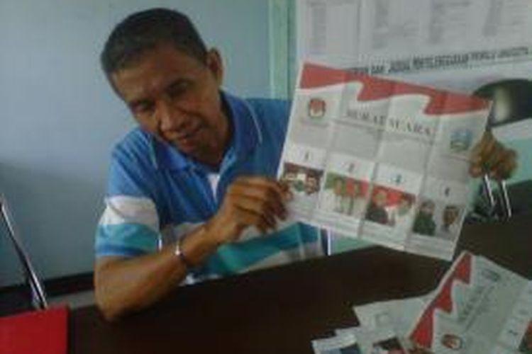 Komisioner KPU Kota Kediri, Samanhudi, menunjukkan surat suara yang rusak, Sabtu (24/8/2013).