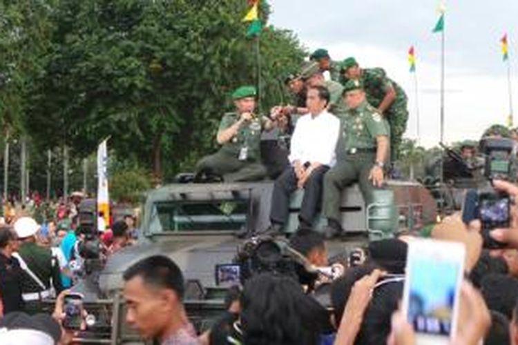 Presiden Joko Widodo berkeliling pameran alutsista dalam rangka peringatan Hari Juang Kartika ke-69 di Lapangan Silang Monas, Jakarta, Rabu (17/12/2014).