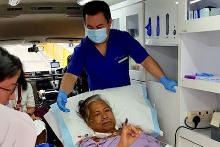 Bigman Sirait menunjukkan jari tangannya yang sudah tercelup tinta setelah selesai mencoblos di dalam ambulans di kompleks KBRI Singapura, Minggu (14/4/2019). (Dokumentasi Pribadi)