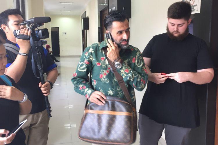 Artis peran Jeremy Thomas bersama keluarganya saat di Pengadilan Negeri Tangerang, Kamis (14/9/2017) pagi. Jeremy datang untuk menghadiri sidang mengadili putranya, Axel Matthew Thomas (19) yang jadi terdakwa kasus penyalahgunaan narkotika.