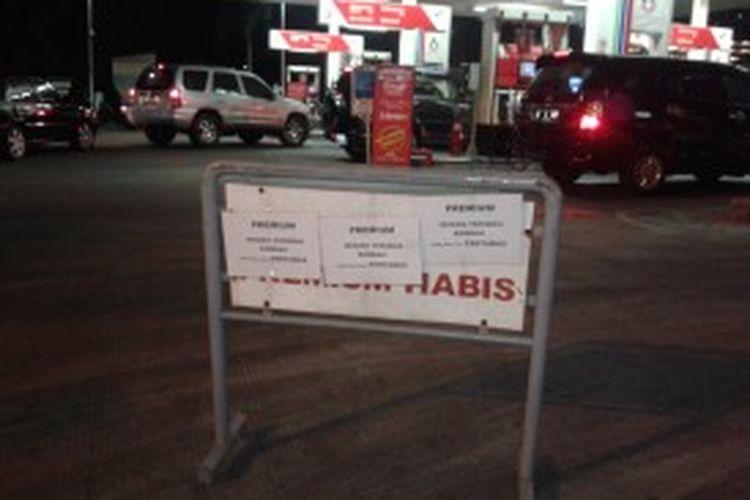 Pengumuman di SPBU di Jalan Gandaria I, Kebayoran Baru, Jakarta Selatan, yang menyatakan pasokan premium telah habis, Jumat (21/6/2013)
