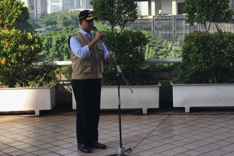 Gubernur DKI Jakarta Anies Baswedan saat memimpin apel di Gedung Intiland, Jakarta, Jumat (16/3/2018).
