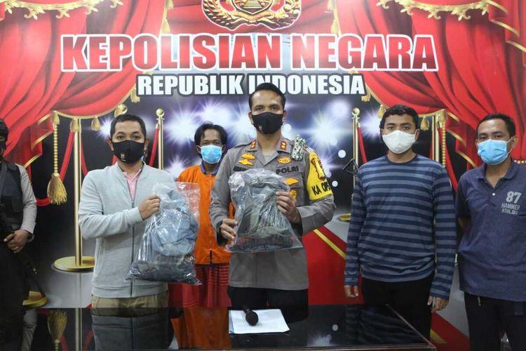 Kapolres Dumai AKBP Andri Ananta Yudhistira mengadakan konferensi pers penangkapan dua orang tersangka provokator penolakan PSBB di Kota Dumai, Riau, Kamis (21/5/2020) malam.