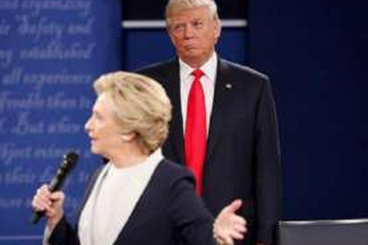 Hillary Clinton dan Donald Trump dalam debat kedua mereka sebagai kandidat Presiden AS pada Minggu (9/10/2016) malam waktu setempat atau Senin (10/10/2016).