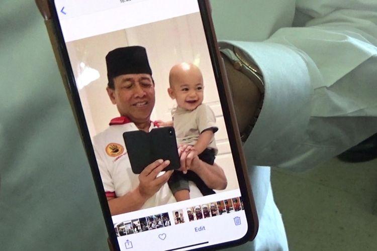 Foto Menkopolhukam Wiranto dengan cucunya semasa hidup Achmad Daniyal Alfatih.