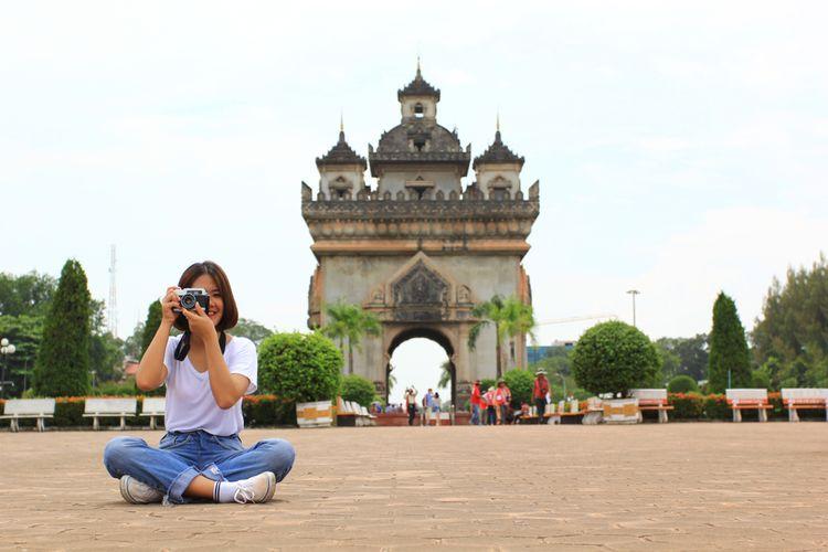 ILUSTRASI - Pelancong di  monumen Patuxai atau Patuxay di Vientiane, Laos