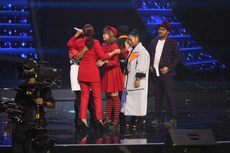 Para kontestan lain memberi semangat kepada peserta yang tereliminasi dalam Indonesian Idol 2018 di Studio 11, MNC Studios, Kebon Jeruk, Jakarta Barat, Senin (12/3/2018). Kali ini Marion Jola yang tereliminasi.