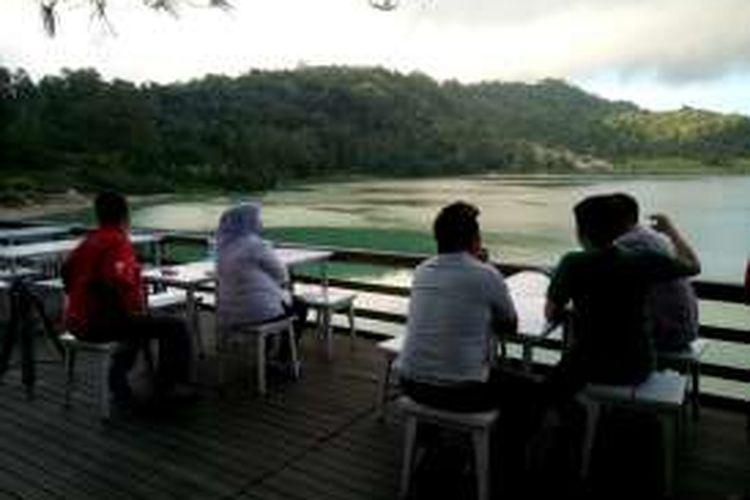 Menikmati keindahan alam di tepian Danau Linow, Tomohon, Sulawesi Utara, Selasa (15/3/2016).