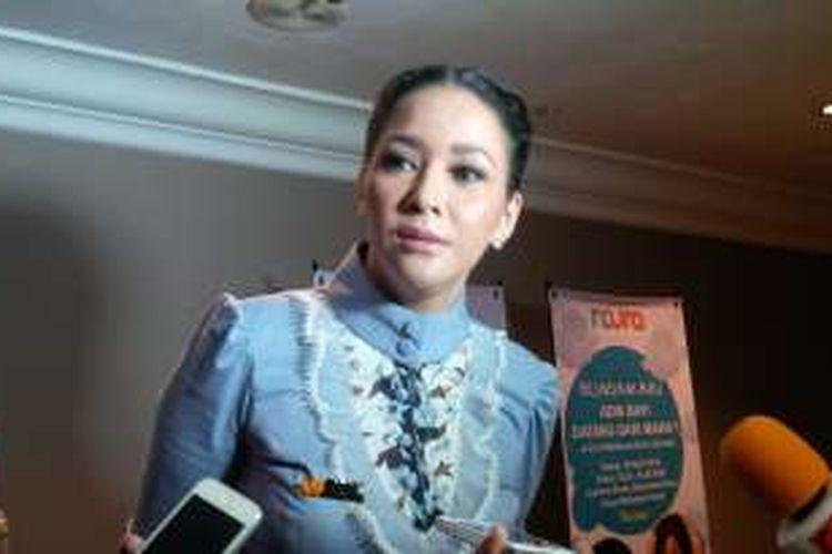 Artis musik Maia Estianty menghadiri acara peluncuran buku pendidikan seks untuk anak di Hotel Grand Mahakam, di kawasan Blok M, Jakarta Selatan, Selasa (19/4/2016).