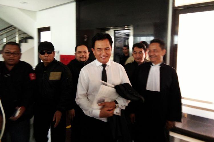 Yusril Ihza Mahendra saat tiba di lokasi persidangan kasus Buni Yani di Gedung Dinas Perpustakaan dan Arsip (Dispusip) Pemerintah Kota Bandung, Jalan Seram, Kota Bandung, Selasa (12/9/2017).