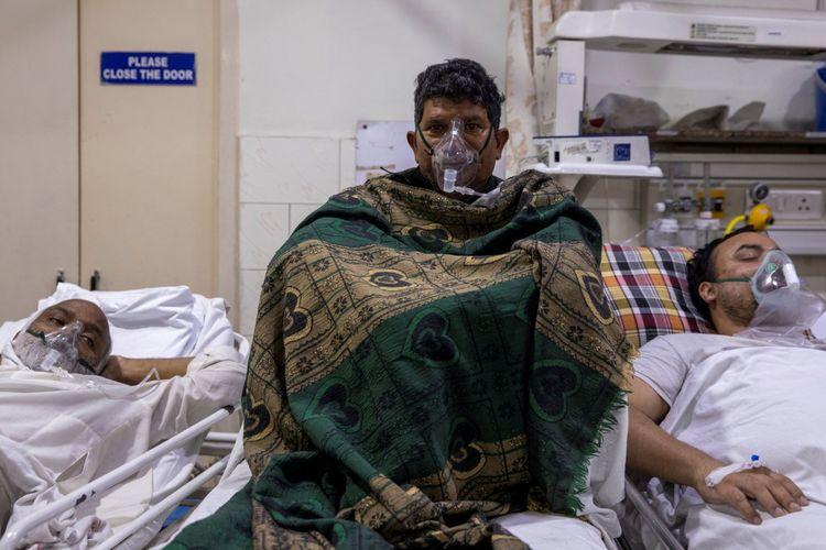 Pasien yang menderita penyakit coronavirus (COVID-19) menerima perawatan di dalam bangsal gawat darurat di Rumah Sakit Keluarga Suci di New Delhi, India, Kamis (29/4/2021).