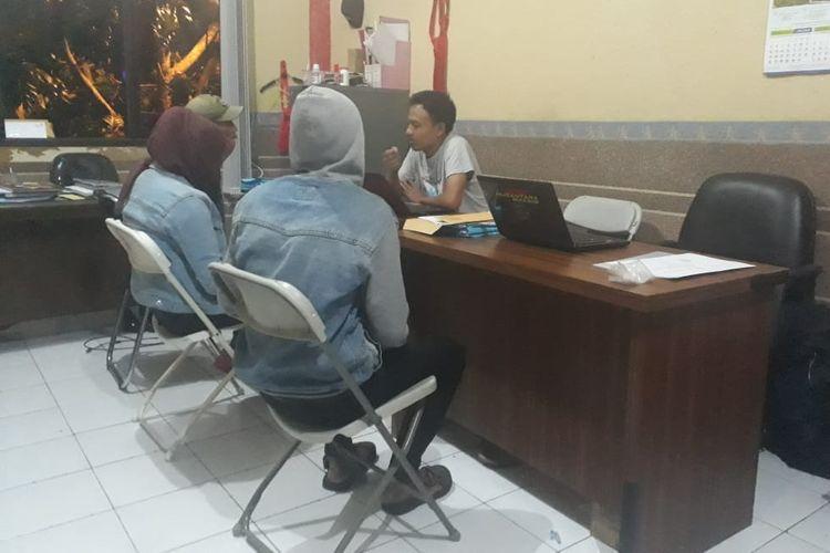 Suami istri asal Kadipaten Kabupaten Tasikmalaya, yang menyuguhkan hubungan seks live ke anak-anak tengah diperiksa anggota Satreskrim Polres Tasikmalaya Kota, Selasa (18/6/2019).