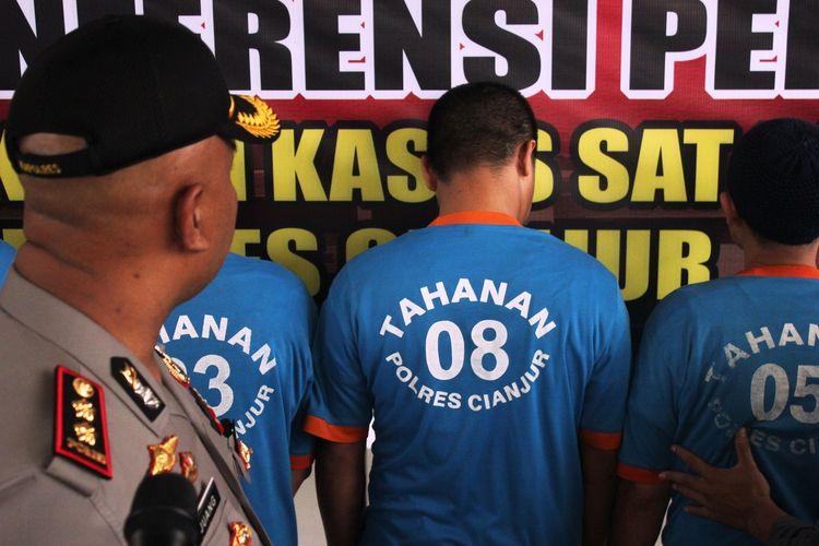 Lima tersangka yang terlibat dalam sindikat pemalsuan STNK di Cianjur, Jawa Barat diamankan polisi