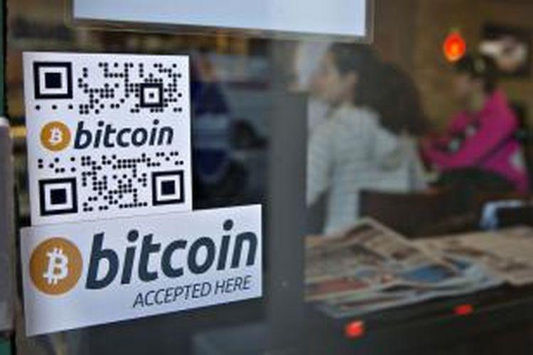 Penanda pada jendela mempromosikan mesin ATM Bitcoin yang telah dipasang di Waves Coffee House di Vancouver, British Columbia, Kanada, 28 Oktober 2013.