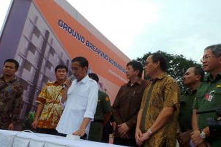 Gubernur DKI Jakarta Joko Widodo (kemeja putih) meresmikan pembangunan rumah susun sederhana sewa Muara Baru, Penjaringan, Jakarta Utara, Senin (15/7/2013).