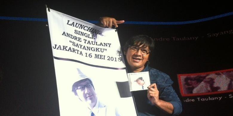 Andre Taulany diabadikan dalam acara peluncuran single Sayangku, yang dinyanyikannya, di Kuningan City, Jakarta Selatan, Sabtu (16/5/2015).