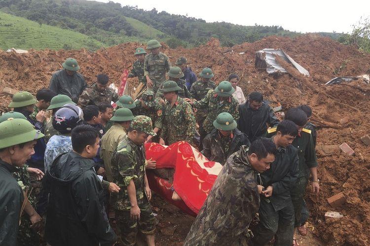 Personel Angkatan Darat Vietnam membawa jenazah yang ditemukan dari tanah longsor di provinsi Quang Tri, Vietnam, Minggu (18/10/2020). Tanah longsor tersebut mengubur sedikitnya 22 personel militer,