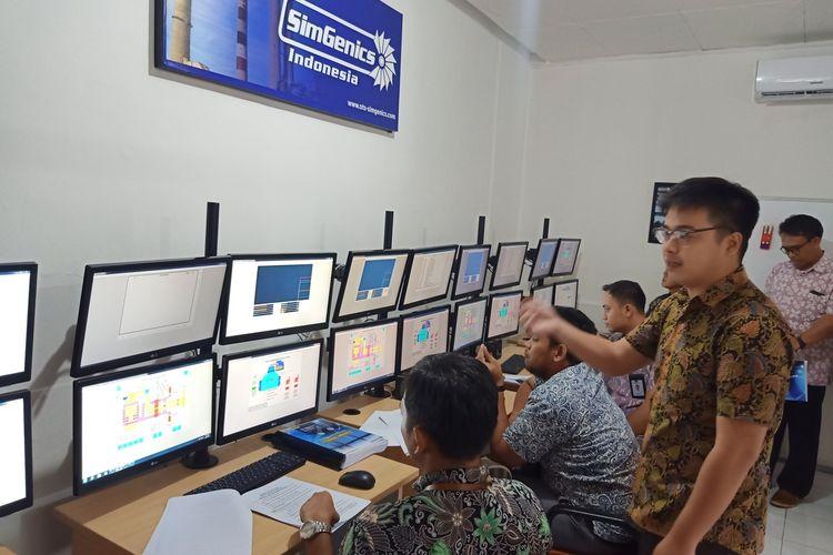 Asesor di Pusat Pengembangan SDM Kelistrikan Energi Baru Terbarukan dan Konservasi Energi Kementerian ESDM mencoba simulator pembangkit listrik Simgenic, di Bandung, Jumat (24/1/2020).