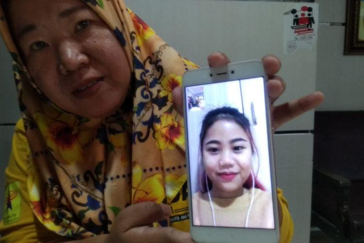 Riri Firman, Senin (27/1/2020) memperlihatkan foto saat berkomunikasi dengan anaknya, Ayu Febriana yang saat ini terjebak di asrama Mahasiswa, di Provinsi Jiangsu, Tiongkok.