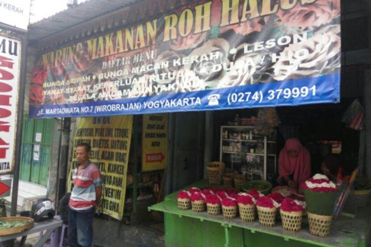 Warung makanan Mahluk Halus di Jl RE. Martadinata, No 7 Wirobrajan, Kota Yogyakarta.