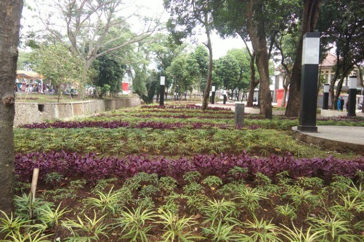 Penataan taman bunga di Alun-alun Regol