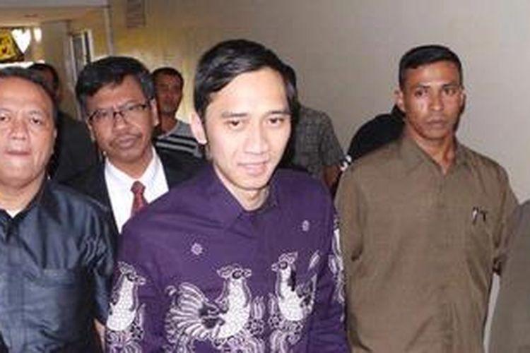 Sekretaris Jendral DPP Partai Demokrat Edhie Baskoro Yudhoyono seusai membuat berita acara pemeriksaan di Ditreskrimum Polda Metro Jaya, Senin (25/3/2013).