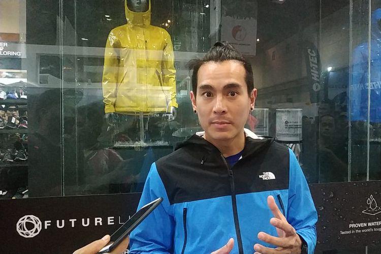 Pendaki Rikas Harsa saat menggunakan jaket The North Face yang sudah menggunakan teknologi bahan future light.