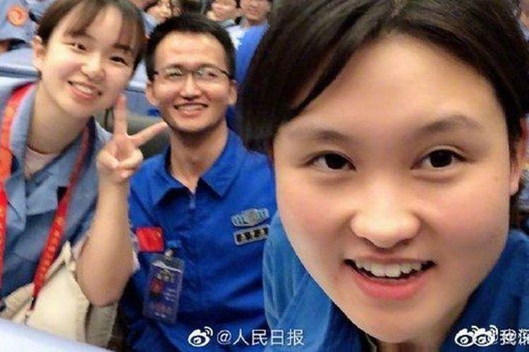 Zhou digambarkan di media pemerintah sebagai kakak perempuan yang bisa dijadikan panutan bagi kaum muda China.