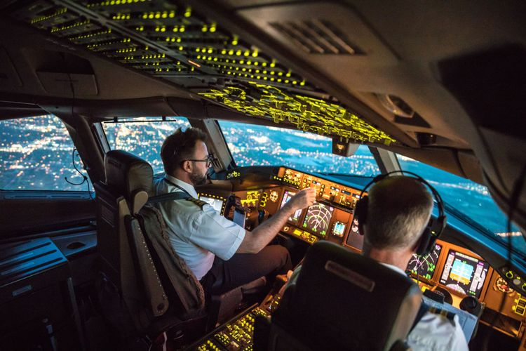 pilot dalam kokpit pesawat