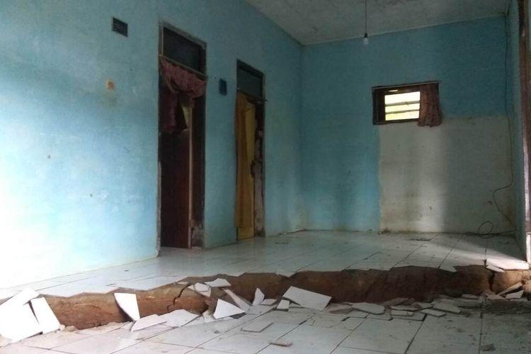 Lantai rumah warga di Dusun Cilimus, Desa Indragiri, Kecamatan Panawangan, Kabupaten Ciamis, ambles sedalam 30 centimeter akibat tanah bergerak. Sebanyak 22 rumah dikosongkan akibat bencana ini.