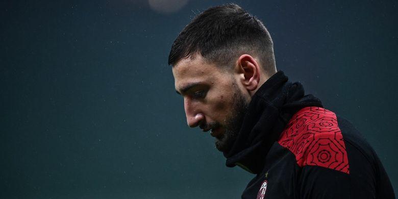 Kiper AC Milan, Gianluigi Donnarumma (kini di PSG), saat hendak beraksi pada laga Liga italia 2020-2021.