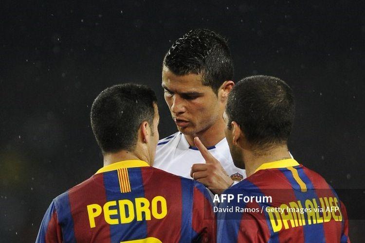 Pedro, Cristiano Ronaldo, dan Dani Alves pada laga El Clasico antara Barcelona vs Real Madrid