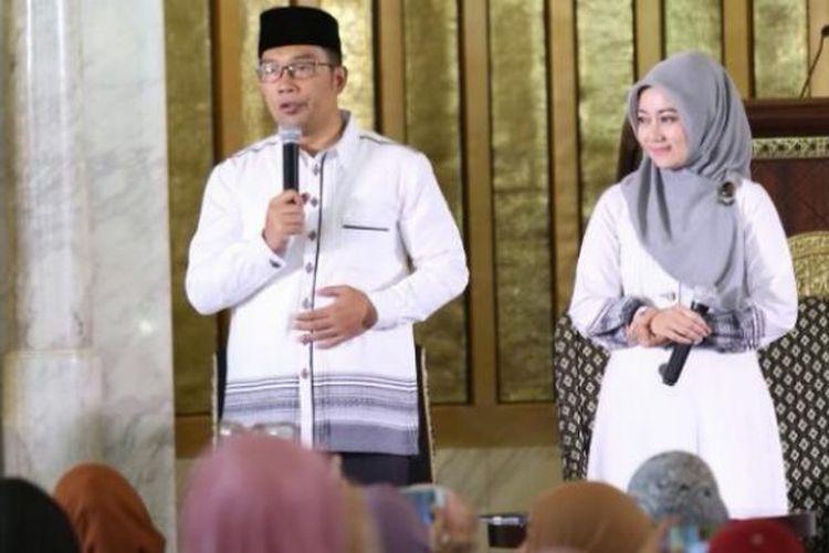 Wali Kota Bandung Ridwan Kamil bersama istrinya Atalia Praratya saat memberikan ceramah kepada masyarakat Kota Bandung di Masjid Agung Trans Studio Bandung, Minggu (19/6/2016)