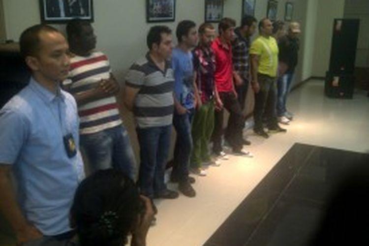 Sejumlah WNA yang diamankan karena diduga mencoba mencari suaka ke Australia secara ilegal saat berada di Kantor Imigrasi Jakarta Selatan, Kamis (20/6/2013)