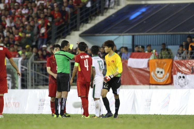 Febri Hariyadi diganjar kartu kuning saat timnas U-22 Indonesia melawan Vietnam pada partai Grup B SEA Games 2017 di Selayang Municipal Council, 22 Agustus 2017.