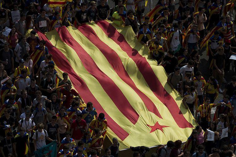 Massa mahasiswa mengibarkan bendera pro-kemerdekaan 'Estelada' saat demonstrasi melawan pihak pemerintah Spanyol terkait referendum kemerdekaan di Catalonia, Spanyol, Kamis (28/9/2017). Warga Catalonia akan menggelar referendum kemerdekaan pada 1 Oktober mendatang, namun pemerintah Spanyol menolak keras dan menyatakannya ilegal.