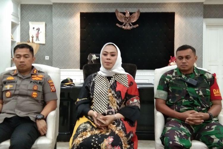 Dandim 0604 Karawang Letkol Inf Medi Haryo  Wibowo (kanan) bersama Bupati Karawang Cellica Nurrachadiana (tengah) dan Kapolres Karawang AKBP Arif Rachman Arifin (kiri).