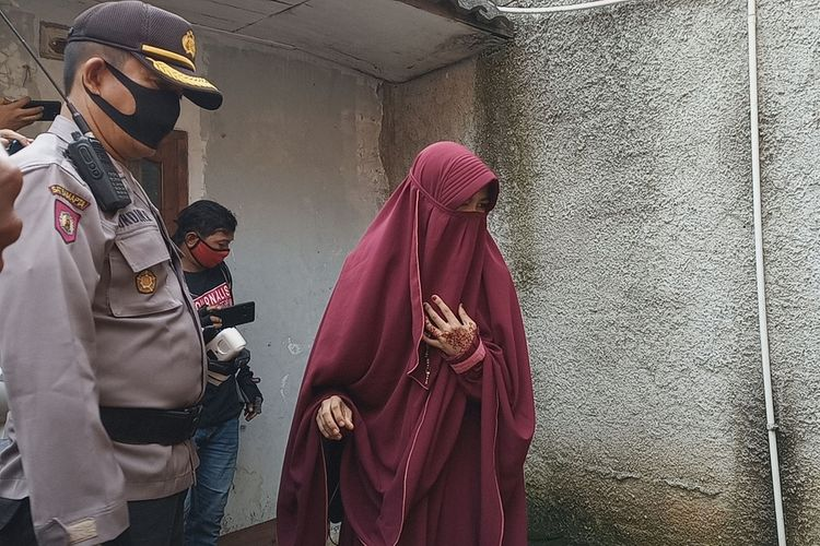 Kepolisian dan tim forensik RS Polri melakukan penggalian makam misterius di Desa Kapasiran, Kecamatan Parung Panjang, KabupatenBogor, Jawa Barat, Jumat (8/5/2020). Tampak SM (17), korban penganiayaan dan penyekapan suaminya AA (37) menunjukkan lokasi makam ke polisi.