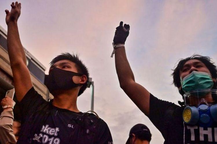 Pengunjuk rasa pro-demokrasi di Bangkok memberi hormat tiga jari, yang merujuk Hunger Games.