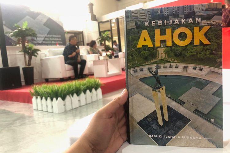Mantan Gubernur DKI Jakarta Basuki Tjahaja Purnama menulis buku Kebijakan Ahok yang diluncurkan hari ini di Gedung Filateli, Kamis (16/8/2018).