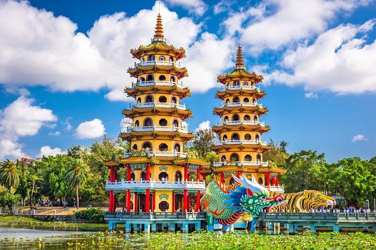 Ilustrasi Taiwan - Pemandangan Dragon and Tiger Pagoda di Kaohsiung.