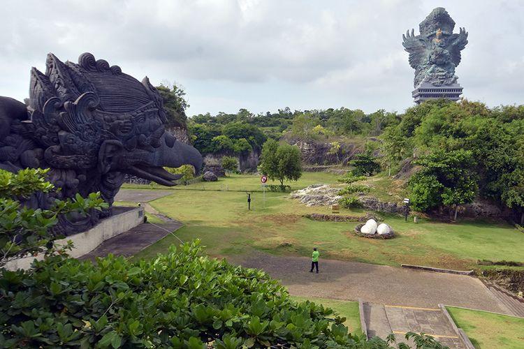 Petugas beraktivitas di area Taman Budaya Garuda Wisnu yang sepi pengunjung di Badung, Bali, Sabtu (21/3/2020). Pemprov Bali mengeluarkan seruan untuk menutup sementara kegiatan kunjungan di obyek wisata di seluruh Bali sebagai upaya pencegahan penyebaran virus COVID-19 atau Virus Corona.