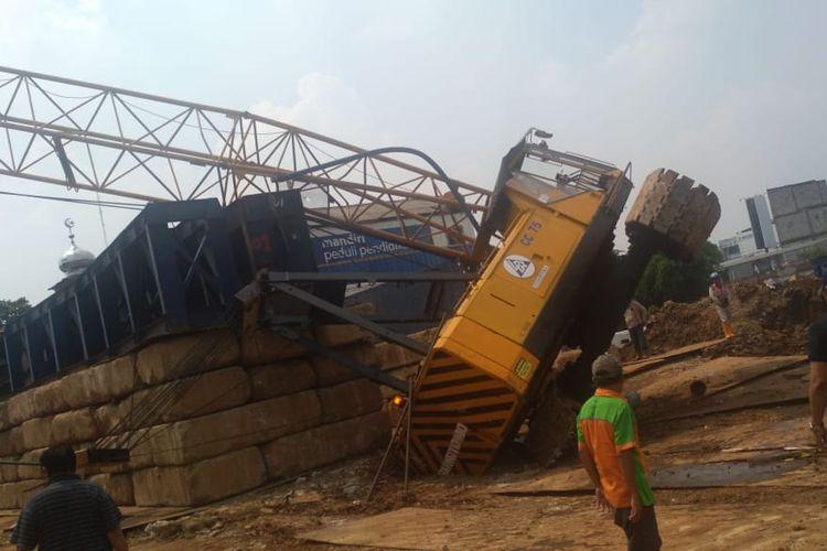 Crane nyaris jatuh di terminal Depok, Rabu (8/5/2019).