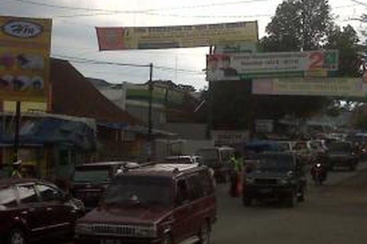 Peningkatan kendaraan pebalik mulai terjadi di ruas Jalan Singaparna, Kabupaten Tasikmalaya, Sabtu (10/8/2013) sore.